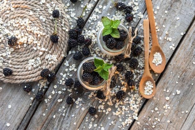 Heerlijke ontbijtpudding met bramen en frambozen