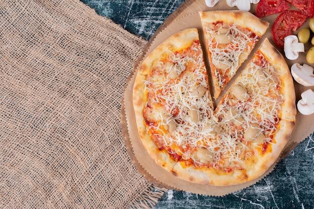Heerlijke paddestoelpizza met kaas op marmer.