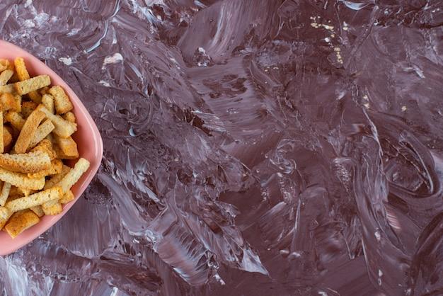 Heerlijke paneermeel in een kom, op de marmeren tafel.