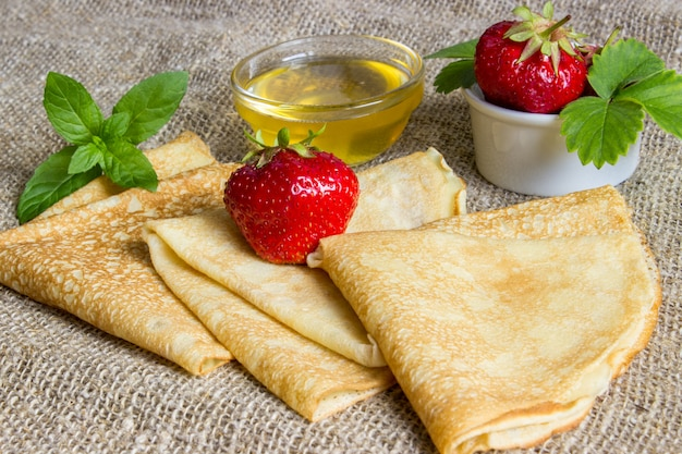 Heerlijke pannenkoeken en honing.
