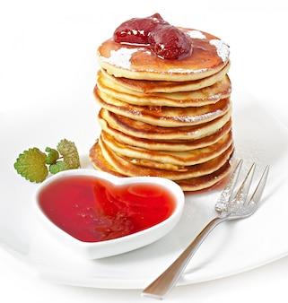 Heerlijke pannenkoeken met aardbeienjam