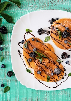 Heerlijke pannenkoeken met bramen en chocolade.