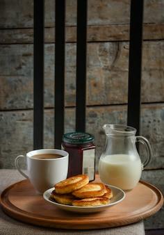 Heerlijke pannenkoeken met jam op tafel