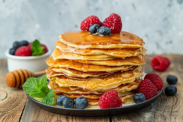 Heerlijke pannenkoeken met verse bessen en honing
