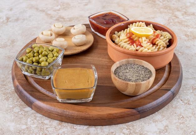 Heerlijke pasta met champignons op een marmeren ondergrond