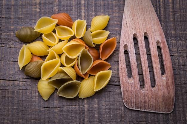Heerlijke pasta op houten textuur. houten vork.