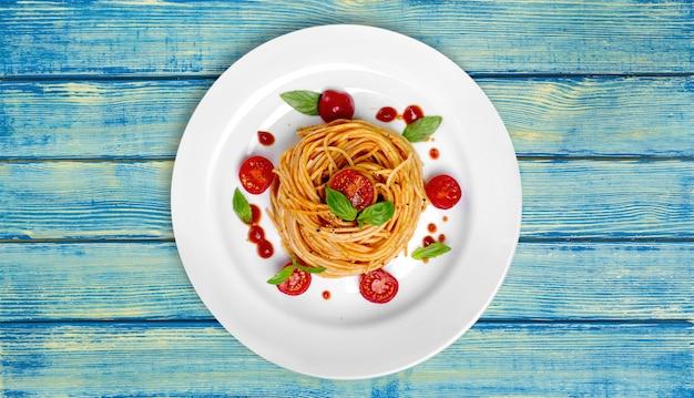 Heerlijke pasta op witte plaat op achtergrond