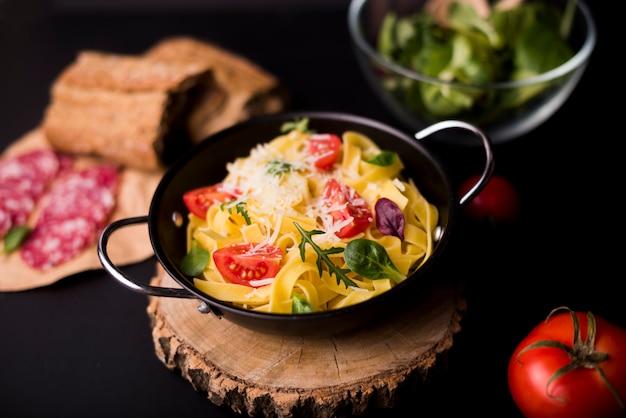 Heerlijke pasta voor het ontbijt in container over houten achtbaan