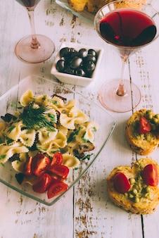 Heerlijke pastagerecht met een glas wijn