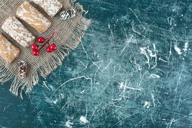 Heerlijke peperkoek met dennenappels op een jute. hoge kwaliteit foto