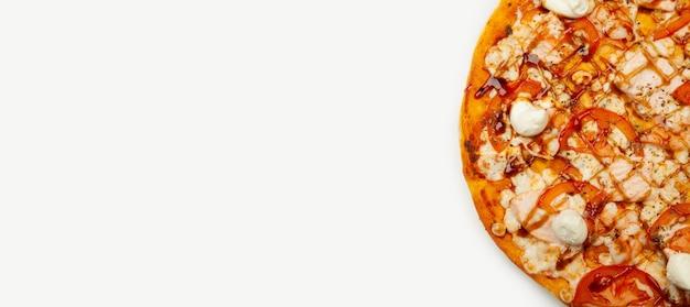 Heerlijke philadelphia-pizza die op een houten plaat, ingrediënten wordt gediend