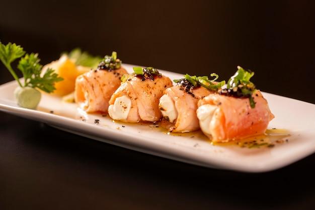 Heerlijke philadelphia sushi roll met gegrilde zalm en roomkaas.