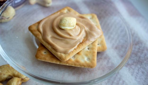 Heerlijke pindakaas op cookies. koekjes voor thee.