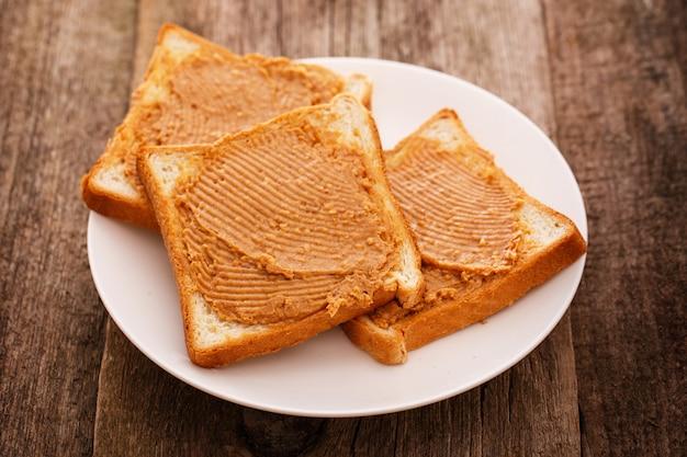 Heerlijke pindakaas op een toast