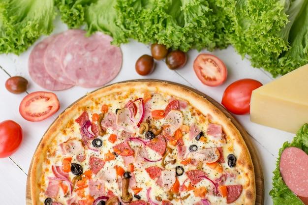 Heerlijke pizza geserveerd op houten tafel