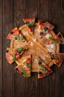 Heerlijke pizza in stukjes gesneden