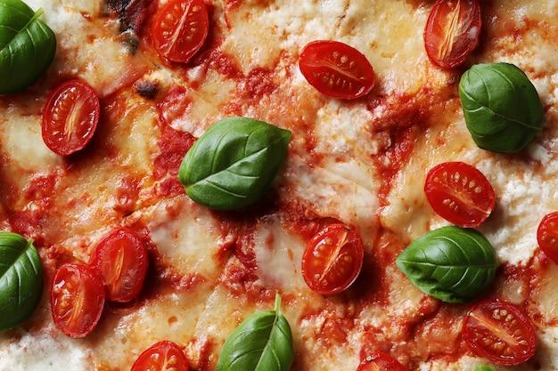 Heerlijke pizza met basilicum
