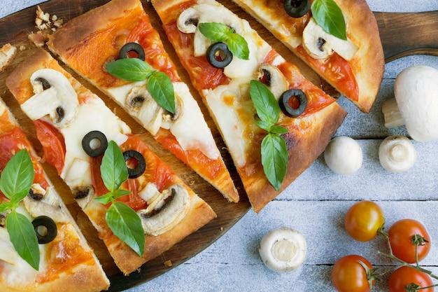 Heerlijke pizza met champignons.