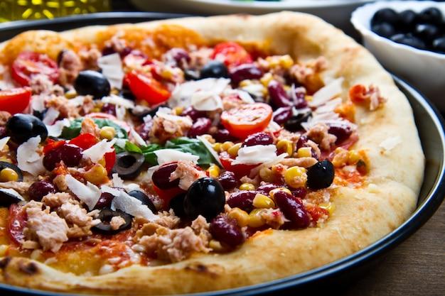 Heerlijke pizza met groenten en tonijn