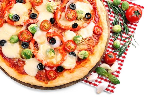 Heerlijke pizza met kaas en groenten op wit wordt geïsoleerd