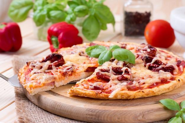 Heerlijke pizza met kaas en tomaten