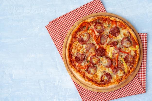 Heerlijke pizza met worst op grijze bovenaanzicht als achtergrond