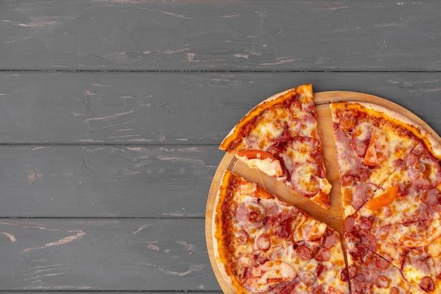 Heerlijke pizza op grijs houten bovenaanzicht