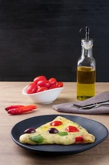 Heerlijke pizza van tomaten, olijven, kaas en basilicum.