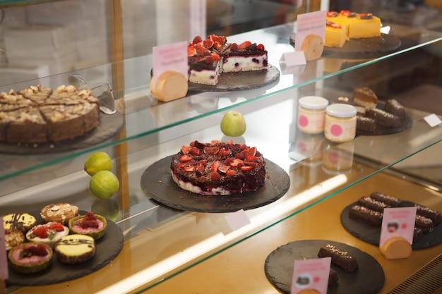 Heerlijke rauwe veganistische desserts te koop in de vitrine bij zoetwarenwinkel
