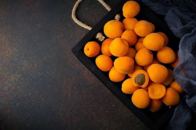 Heerlijke rijpe abrikozen op een houten standaard