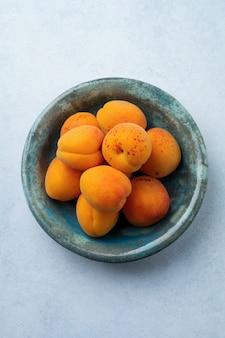 Heerlijke rijpe abrikozen op een licht beton