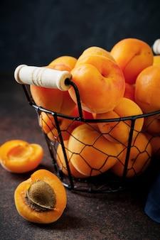 Heerlijke rijpe abrikozen selectieve aandacht. kopieer ruimte