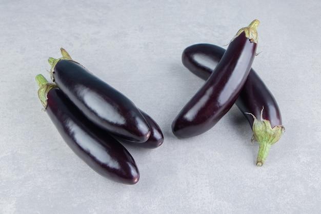 Heerlijke rijpe aubergines, op het witte oppervlak