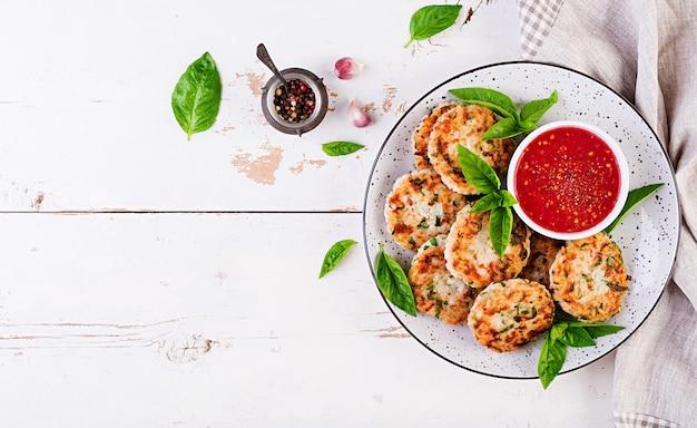 Heerlijke rijst en kippenvleespasteitjes met knoflooktomatensaus dieetvoedsel.