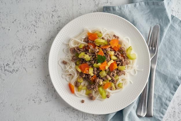 Heerlijke rijstdeegwaren met gehakt en groenten, hoogste mening