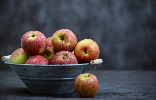 Heerlijke rode appels in oude metalen wastobbe