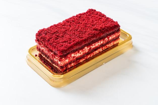 Heerlijke rode fluwelen taart op tafel