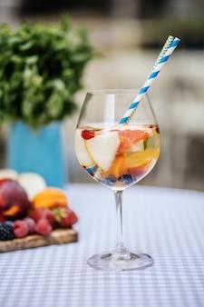 Heerlijke rode sangria met fruit op tafel