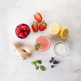 Heerlijke rode smoothie met ingrediënten