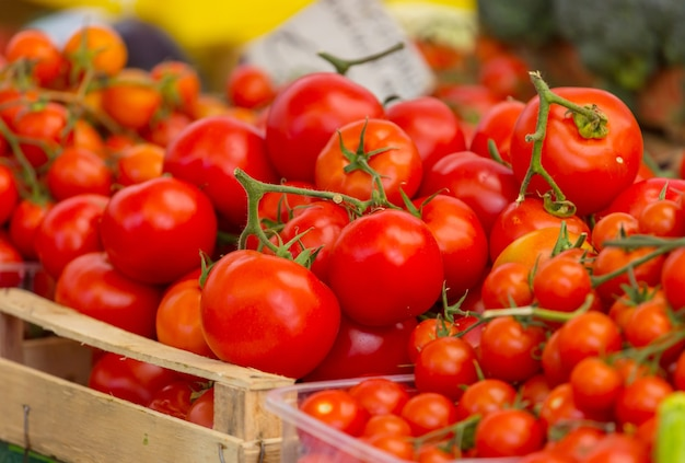 Heerlijke rode tomaten in straatmarkt