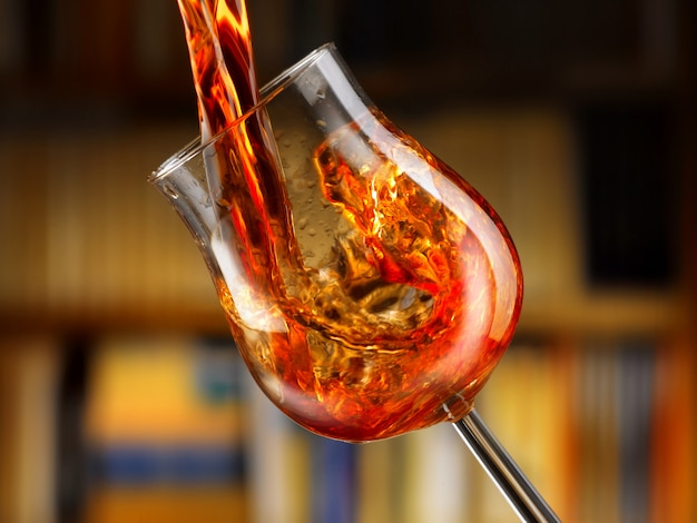 Heerlijke rode wijn gegoten in een glas