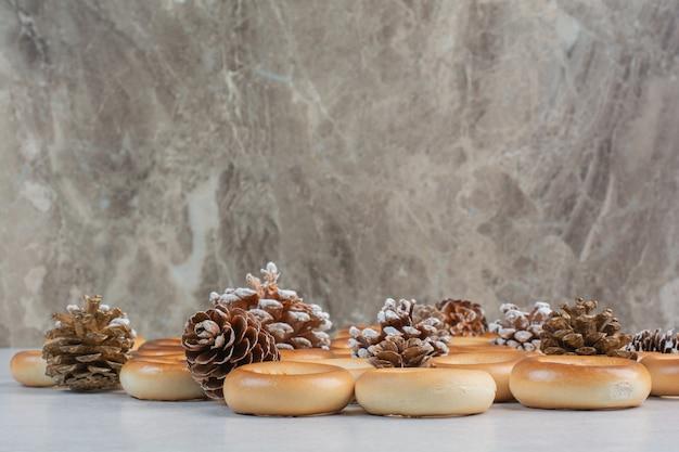 Heerlijke ronde koekjes met dennenappels op witte achtergrond. hoge kwaliteit foto