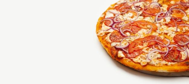 Heerlijke rustieke pizza. signature saus, mozzarellakaas, pepperoni, kipfilet, tomaten, rood