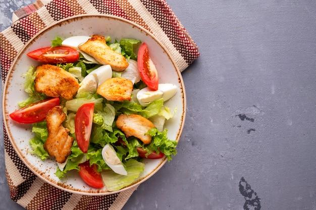 Heerlijke salade gebraden kipfilet, tomaten en eieren. . bovenaanzicht