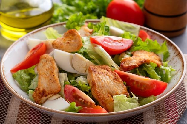 Heerlijke salade gebraden kipfilet, tomaten en eieren.