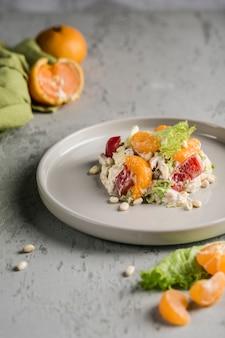 Heerlijke salade met mandarijnen, kip, pijnboompitten, sla en zoete paprika gekruid met caesarsaus.