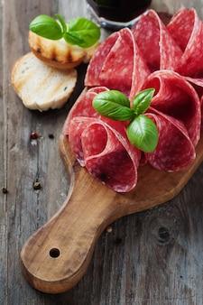 Heerlijke salami met basilicum en wijn