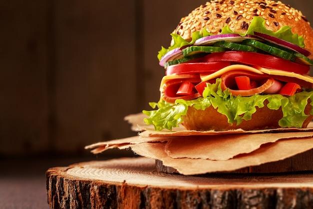 Heerlijke sandwich met ham, kaas en salami