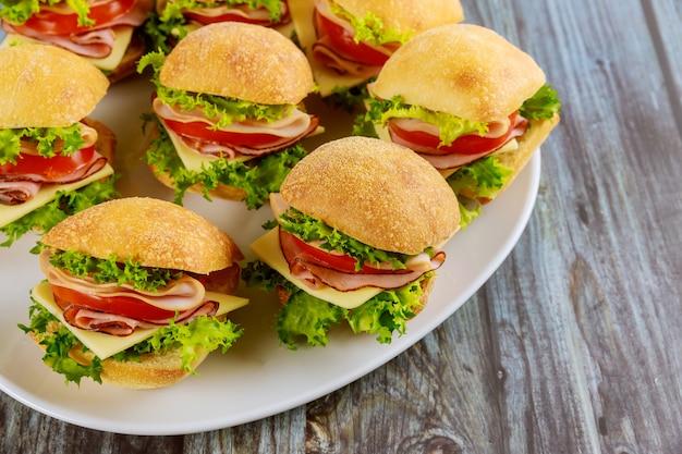 Heerlijke sandwiches gemaakt van ciabattabroodje met ham