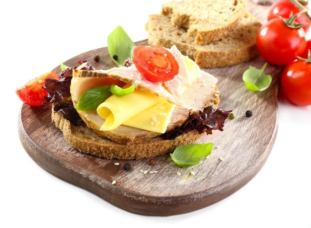 Heerlijke sandwiches met ontmoeten op wit wordt geïsoleerd